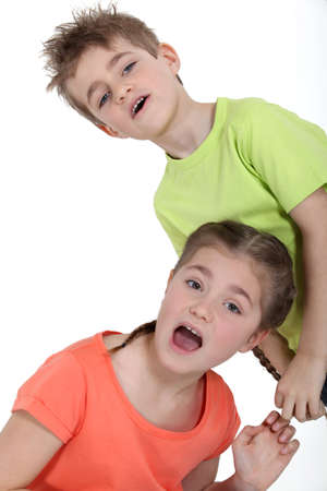 Junge zog seine Schwester
