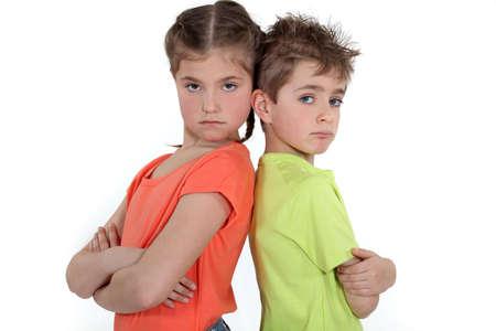 Kinderen staan met de armen over elkaar Stockfoto