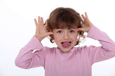 Petite fille faisant visage idiot