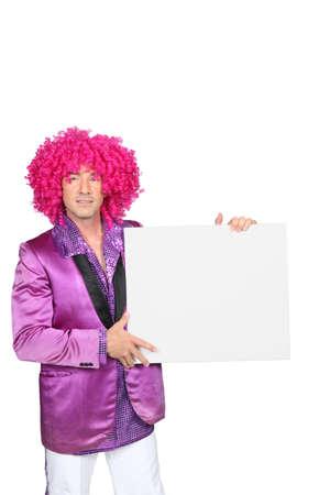 showman: Hombre con una peluca rosa Foto de archivo