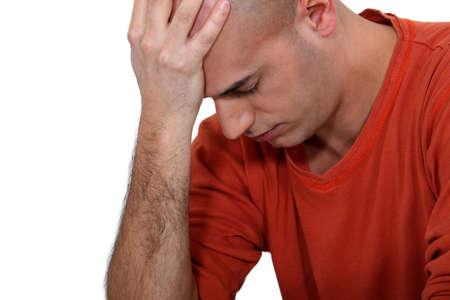 hombre calvo: Hombre joven calvo que sufre de estrés
