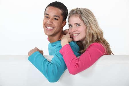 personas abrazadas: Pareja de relax juntos en el sofá
