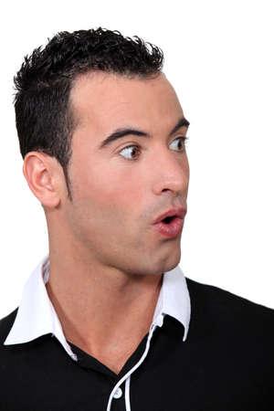 unexpectedness: Shocked hombre vistiendo la camiseta