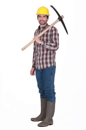 obrero: Trabajador que lleva una piqueta