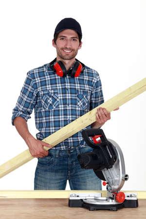 trabajo manual: Carpintero con una sonrisa brillante