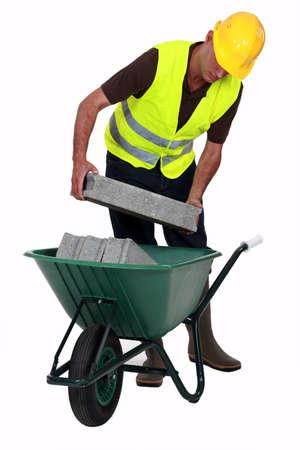 trussing: artigiano mettere le pietre in una carriola