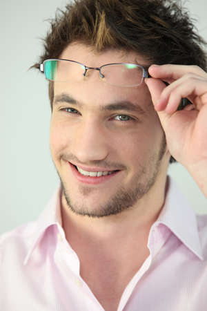 hands off: Retrato de un hombre que toma sus gafas Foto de archivo