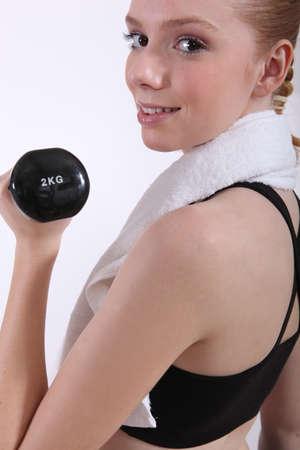 firmeza: mujeres haciendo su entrenamiento con una mancuerna