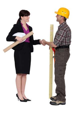 ingeniero civil: Arquitecto apretón de manos con el constructor Foto de archivo