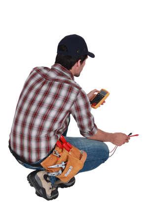 electricista: Electricista tomando una lectura eléctrica Foto de archivo