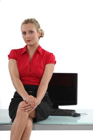 falda corta: Secretario Flirtatious sentado en la mesa