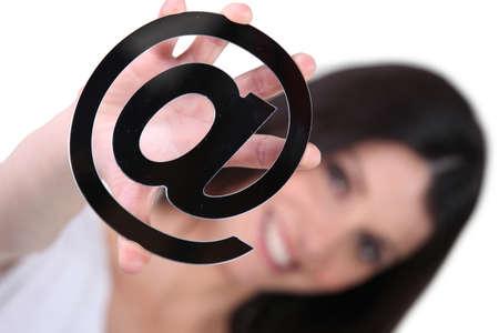 validez: mujer mostrando signo arroba