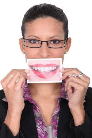 enlarged: Donna in possesso di un quadro allargato della bocca