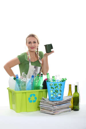 Femme triant le recyclage