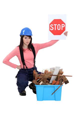 botar basura: Construcción Mujer campaña contra tirar basura trabajador.