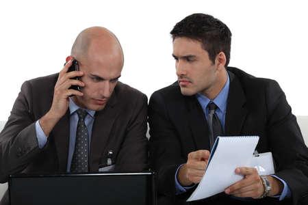 uneasiness: Los profesionales de negocios se trata de un problema