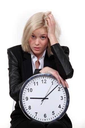 anguished: Stressato donna bionda con orologio