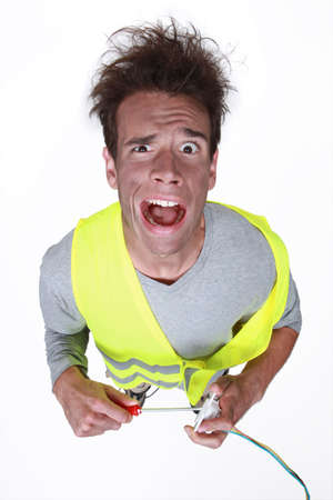 descarga electrica: electricista tener una descarga eléctrica