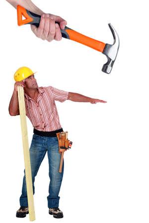 tonto: Carpenter ser atacado por un martillo gigante