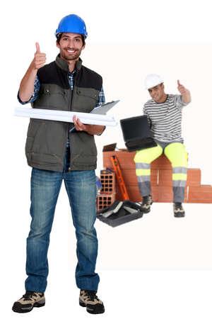 empleados trabajando: Pulgar hacia arriba de un equipo de construcci�n