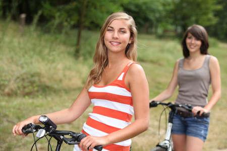 pantalones cortos: Las adolescentes andan en bicicleta