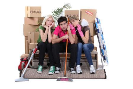 Unhappy Mitbewohner Reinigung ihrer Wohnung vor dem Auszug Standard-Bild