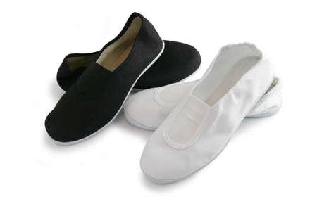zapatos escolares: Plimsoles en blanco y negro Foto de archivo