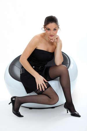 mujer desnuda sentada: Sexy mujer sentada en una silla