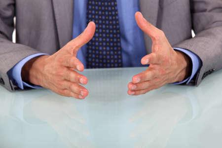 lenguaje corporal: Primer plano de las manos del hombre de negocios durante el discurso