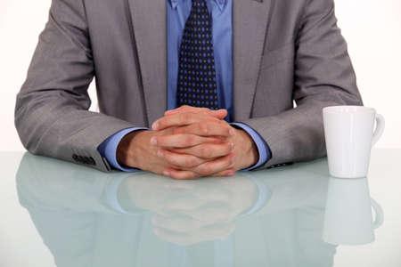 lenguaje corporal: empresario cruzando las manos Foto de archivo