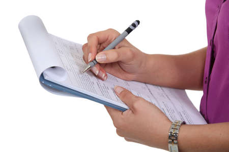 Femme remplissant un formulaire