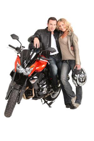 moteros: Biker pareja y bicicleta.