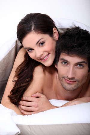 young sex: пара в постели, охватывающей