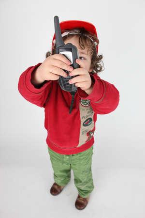 amateur: Muchacho que sostiene receptor de radio