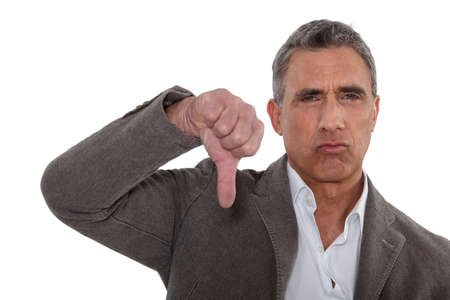 disapproving: Pollice verso il basso da un uomo di disapprovazione
