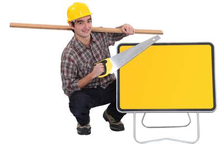 handsaw: carpintero celebraci�n tabl�n sobre el hombro y serrucho