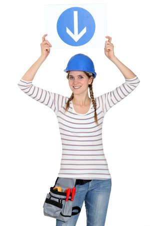obrero: Mujer con una señal de tráfico Foto de archivo