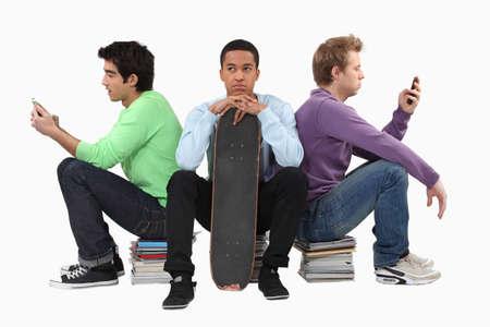 hombre sentado: Molesto joven esperando a sus amigos para terminar los mensajes de texto