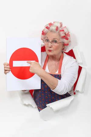 no trespassing: Mujer con los bigud�es y prohibido el paso firme