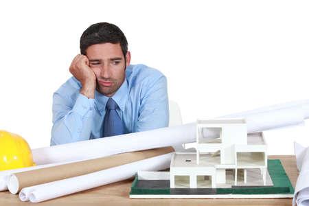 persona confundida: Aburrido arquitecto se sent? en el escritorio