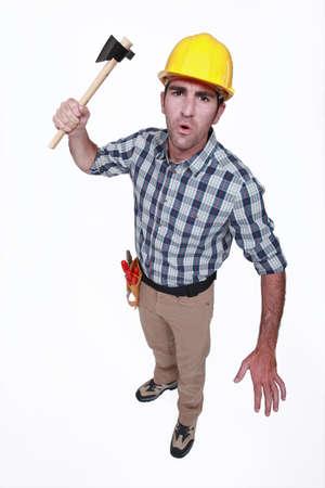 convulsión: artesano enfadado sosteniendo un hacha Foto de archivo