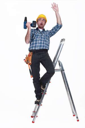 hombre cayendo: artesano caer de una escalera