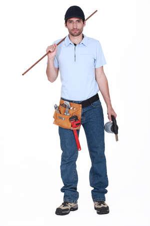 koperen leiding: Loodgieter houden lengte van koperen buis en blow-torch