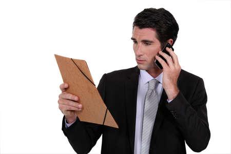 rectify: Uomo d'affari interessato comunica sul telefono