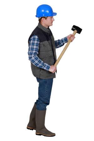 obrero: Trabajador sosteniendo un mazo Foto de archivo