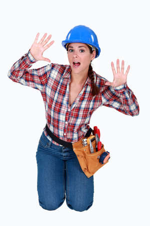 mujer arrodillada: Trabajador pidiendo ayuda