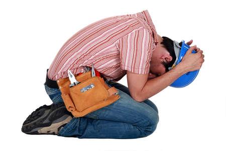 hombre orando: Trabajador de la construcci?n proteger la cabeza