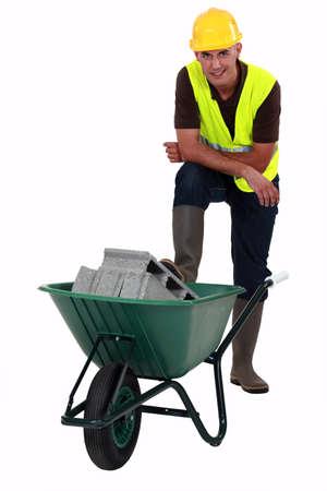 obrero: Trabajador transportando bloques de hormigón