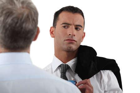 desconfianza: Hombre que mira con recelo a su colega Foto de archivo