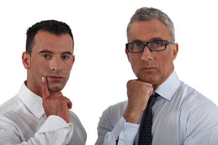 pensiveness: due uomini in una profonda riflessione